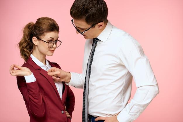 Business uomo e donna ufficio lavoro colleghi squadra ufficio gestione studio sfondo rosa.