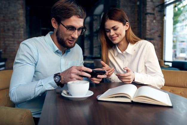 Uomo e donna di affari che si siedono nello stile di vita di comunicazione del pranzo del caffè