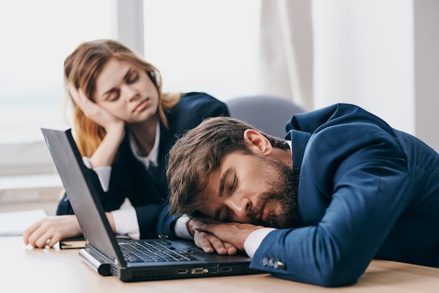 Uomo e donna di affari che si siedono davanti ai funzionari di lavoro di squadra del computer portatile. foto di alta qualità