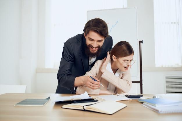 Uomo d'affari e donna seduti al tavolo funzionari dell'ufficio di lavoro. foto di alta qualità