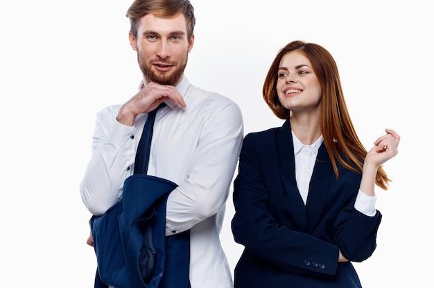 Uomo d'affari e donna in piedi fianco a fianco
