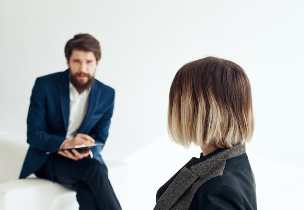 Uomo e donna di affari in vestito su un curriculum di posti vacanti di reclutamento di sfondo chiaro. foto di alta qualità