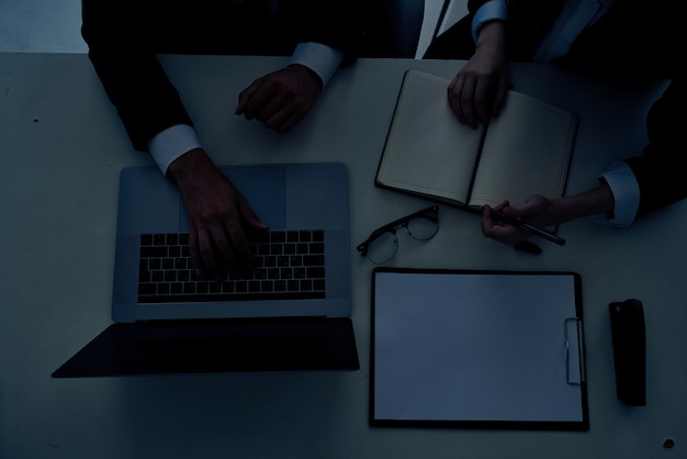 Uomo d'affari e donna lavoro di squadra in ufficio con tecnologia laptop