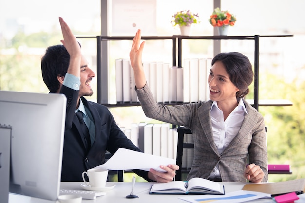 Uomo e donna di affari che lavorano nel concetto moderno dell'ufficio, di affari e di finanza