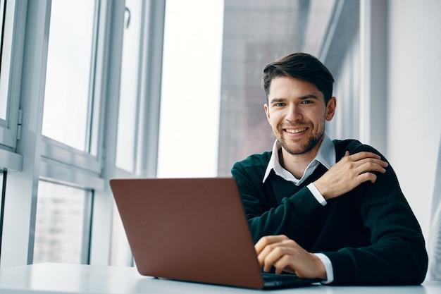 Business man working desk laptop sorriso comunicazione internet Foto Premium