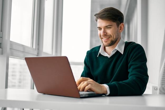 Uomo di affari che lavora con il computer portatile sullo scrittorio