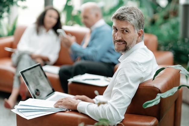 L'uomo d'affari lavora con i documenti in ufficio