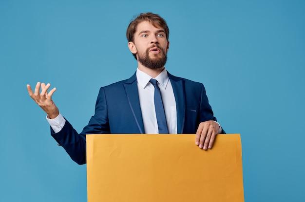 Uomo d'affari giallo banner pubblicità presentazione copia spazio blu