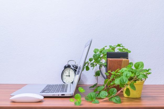 Il computer portatile dell'uomo d'affari è alla scrivania