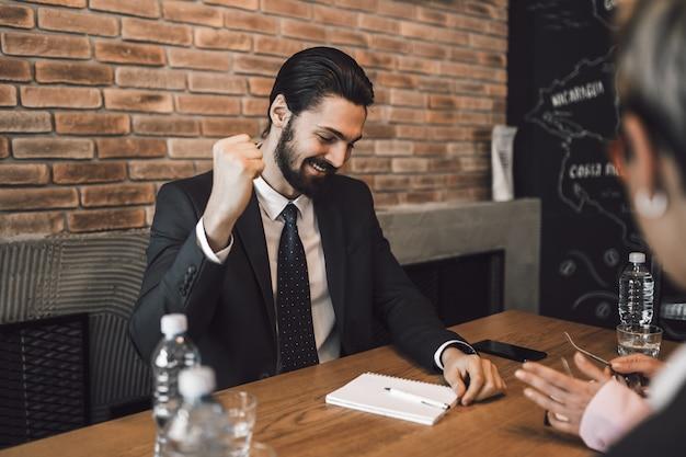 Incontro di lavoro. uomo d'affari felice che celebra dopo un colloquio di affari di successo.