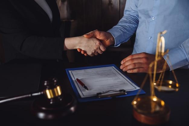 Incontro di lavoro nell'ufficio dell'avvocato. consulenza legale.