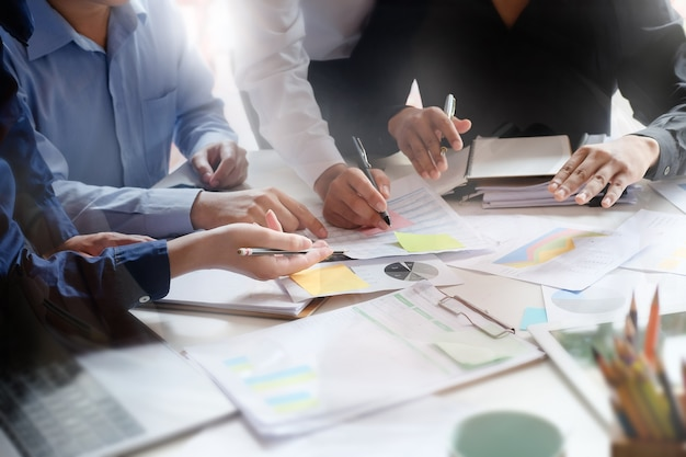Riunione d'affari sulla tavola con il computer della compressa e documento cartaceo nel posto di lavoro dell'ufficio.