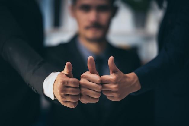 Uomini d'affari stanno pianificando i loro piani aziendali per un'azienda in crescita.