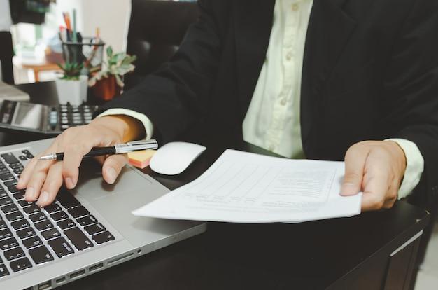 Gli uomini d'affari utilizzano i computer per esaminare dati finanziari, marketing, vendite, crescita e ricercare documenti aziendali. lavora da casa.