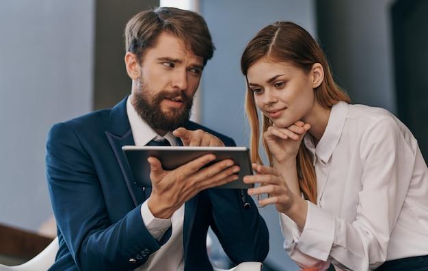 Uomini e donne d'affari colleghi al lavoro tablet nelle mani di professionisti della tecnologia