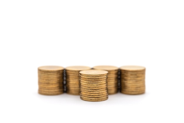 Affari, concetto di denaro. primo piano della pila di monete d'oro usate su sfondo bianco.