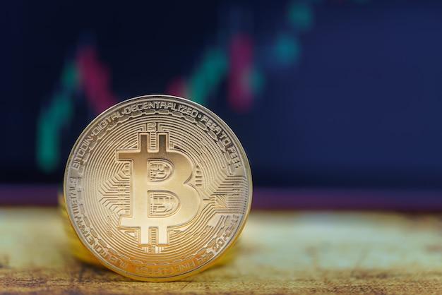 Concetto di affari, denaro, tecnologia e criptovaluta. primo piano della moneta bitcoin e pila con grafico a candele sulla mappa del mondo vintage.