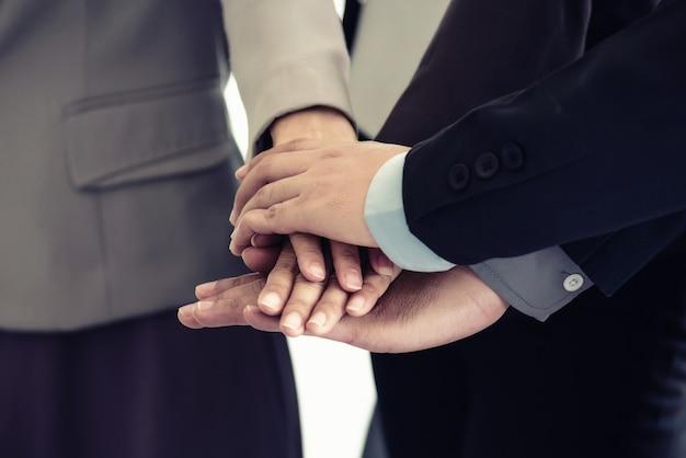 Lavoro di squadra partner multietnici aziendali, squadra unire le mani