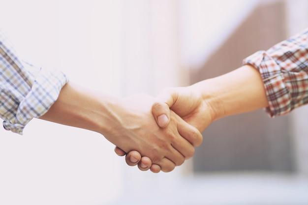 Concetto di ufficio e di affari - uomo d'affari che agitano le mani