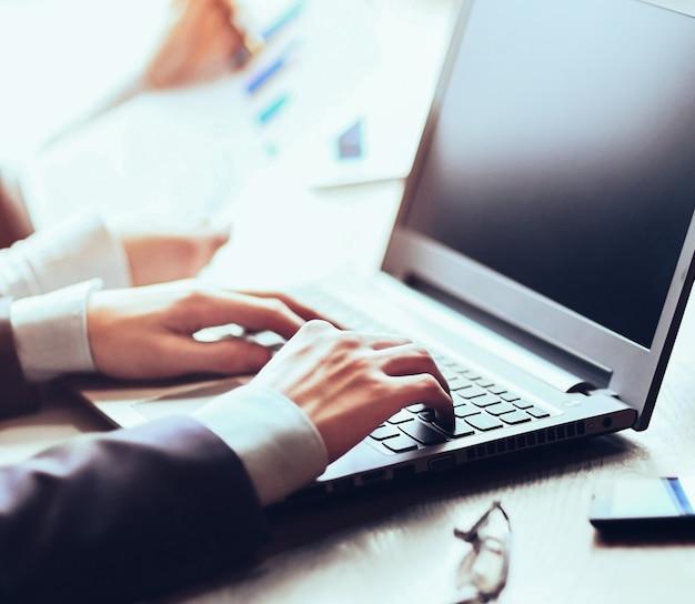 Business e concetto di ufficio - primo piano del team aziendale con fil