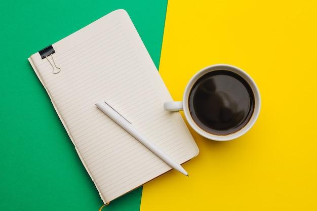 Morsetto della maniglia della tazza di caffè del lavoro dell'ufficio di affari.