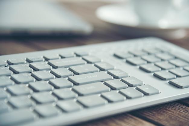 Lavoro di ufficio aziendale con la tastiera tecnologica sulla scrivania