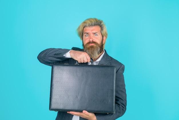 Impiegato di affari serio uomo d'affari con valigia ceo uomo d'affari barbuto in tuta business