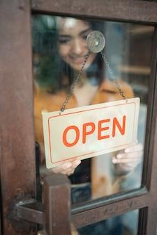 L'imprenditore gira il segno aperto
