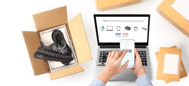 Imprenditore che lavora. shopping online imprenditore pmi