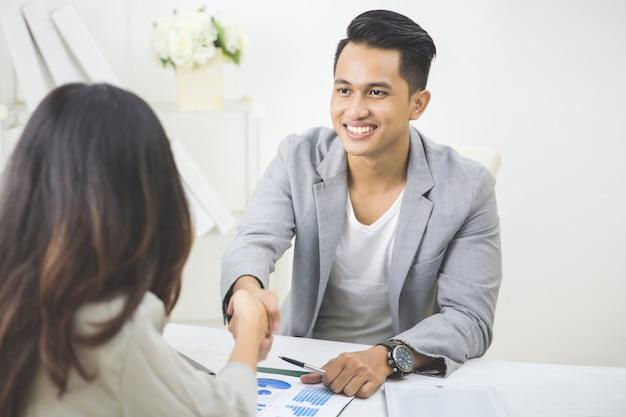 Il partner commerciale fa un accordo