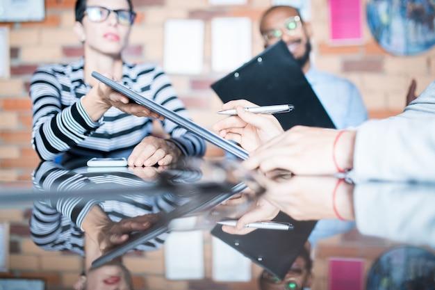 Partner commerciale che legge le condizioni del contratto alla riunione