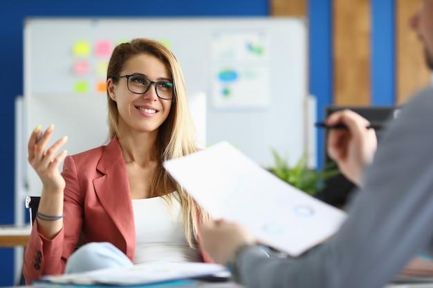 I partner commerciali comunicano in ufficio al tavolo di lavoro