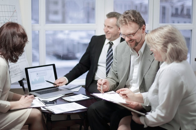 Partner commerciali per discutere i termini del contratto in ufficio.