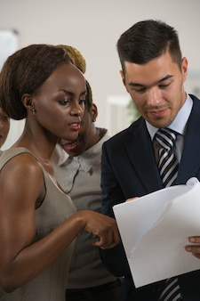 Soci in affari che discutono documenti e idee alla riunione