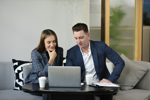 Partner commerciali per discutere documenti e idee alla riunione