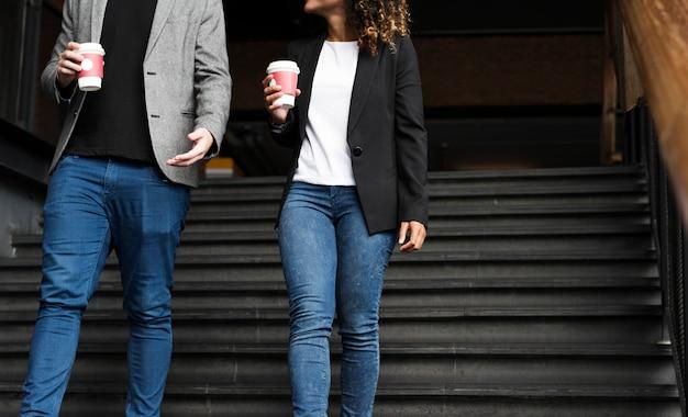 I soci d'affari che portano portano via il caffè