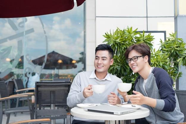 Partner commerciali che lavorano in team, discutono problemi e condividono nuove idee
