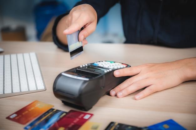 Affare che paga con la macchina della carta di credito, concetto di pagamento dell'acquisto del cliente