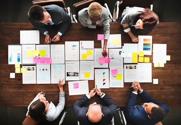 Gente di affari che analizza concetto finanziario di statistiche