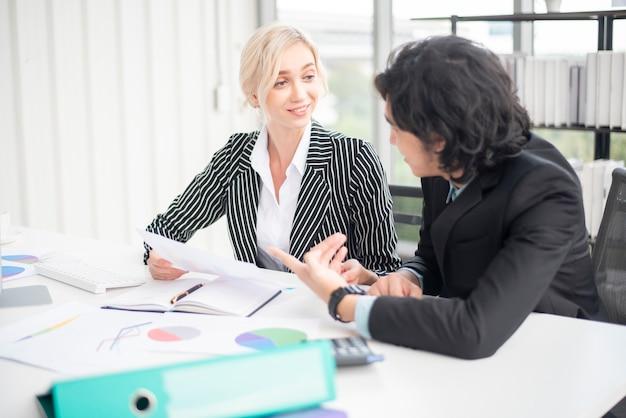 Gli uomini d'affari stanno analizzando il rapporto finanziario
