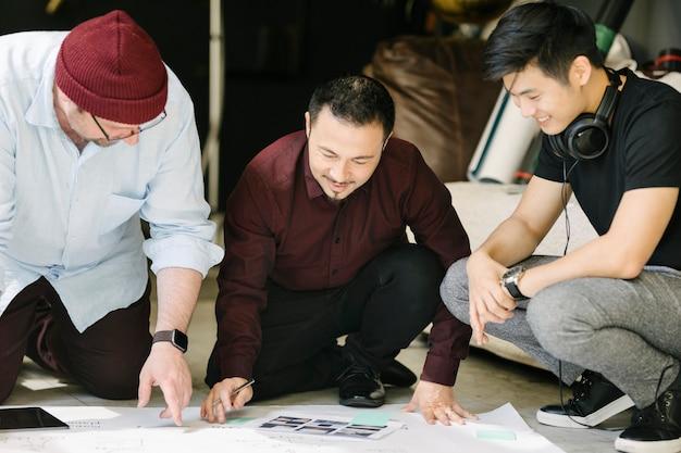 Gli uomini d'affari fanno brainstorming di idee usando un grafico