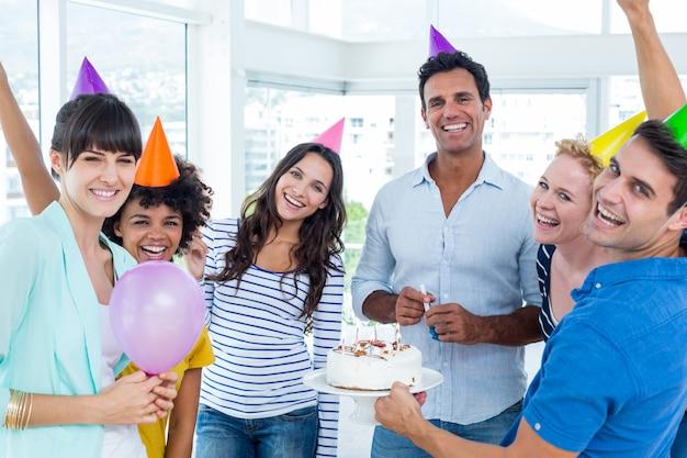 Uomini d'affari che celebrano un compleanno