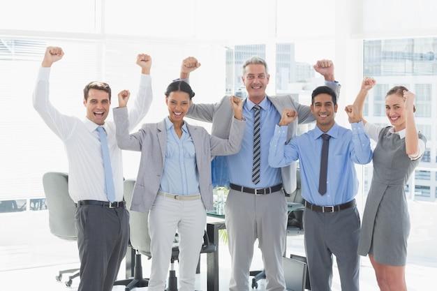 Uomini d'affari tifo in ufficio Foto Premium