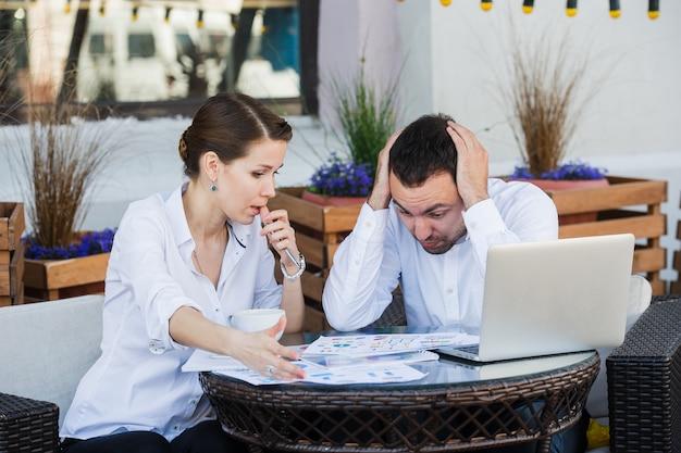 La gente di affari è in conflitto sulla riunione al caffè