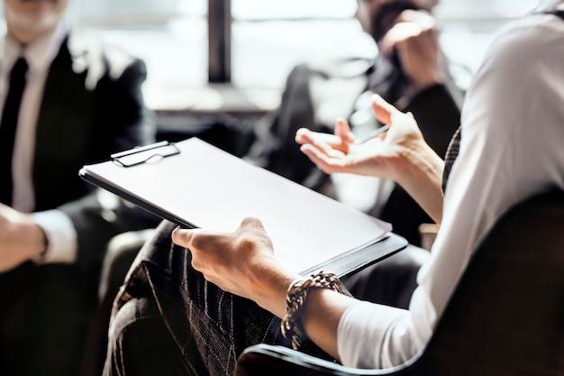 Uomini d'affari in una sessione di consultazione Foto Premium