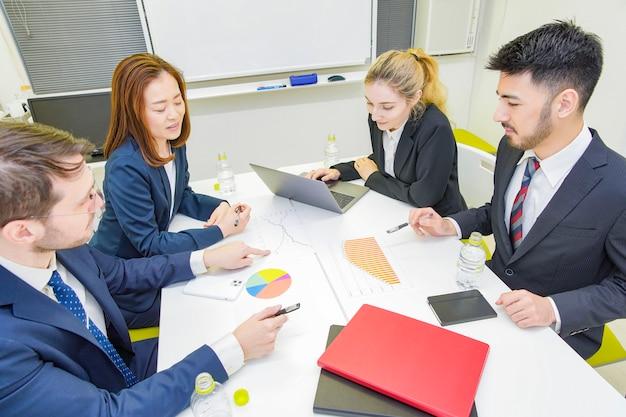Gente di affari che discute in una sala riunioni