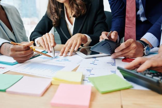 Gente di affari che discute il rapporto di vendita