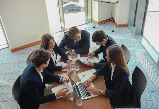 Uomini d'affari che discutono insieme nella sala conferenze durante la riunione in ufficio