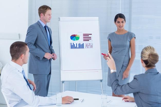 Gente di affari che fa presentazione di statistiche