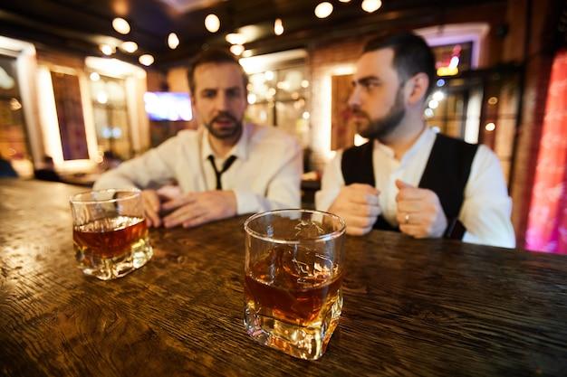 Gente di affari che si ubriaca nella barra